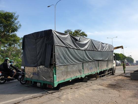 Xe tải tông dải phân cách trên quốc lộ 1 chắn giữa đường, giao thông ùn ứ nhiều giờ ảnh 1