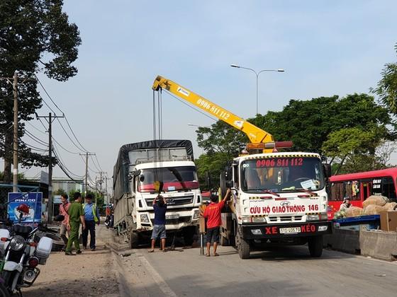 Xe tải tông dải phân cách trên quốc lộ 1 chắn giữa đường, giao thông ùn ứ nhiều giờ ảnh 3
