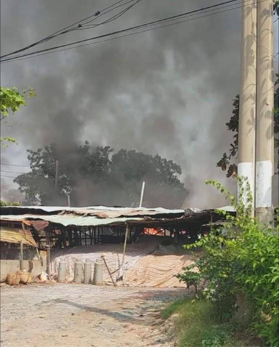 Cháy xưởng gỗ ở quận 9, khói cao hàng chục mét, nhiều người hoảng sợ ảnh 1