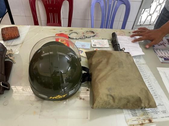 Hai cha con giả Cảnh sát hình sự để cướp tài sản ở huyện Hóc Môn ảnh 3