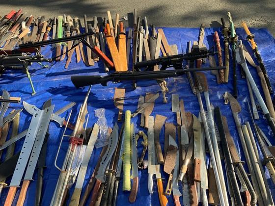 Công an quận Tân Bình tiêu hủy nhiều vũ khí thô sơ các loại ảnh 8