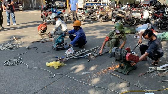 Công an quận Tân Bình tiêu hủy nhiều vũ khí thô sơ các loại ảnh 11
