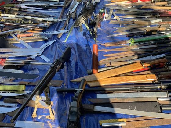 Công an quận Tân Bình tiêu hủy nhiều vũ khí thô sơ các loại ảnh 7