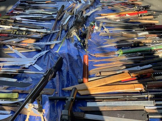 Công an quận Tân Bình tiêu hủy nhiều vũ khí thô sơ các loại ảnh 3