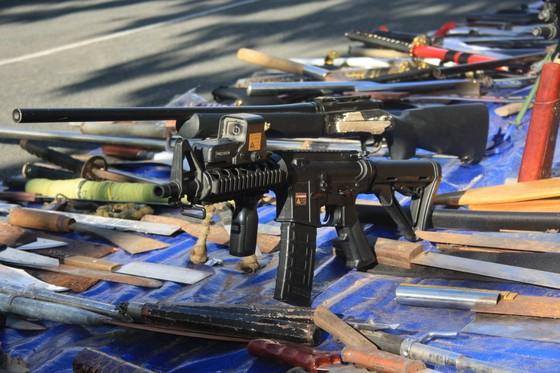 Công an quận Tân Bình tiêu hủy nhiều vũ khí thô sơ các loại ảnh 2
