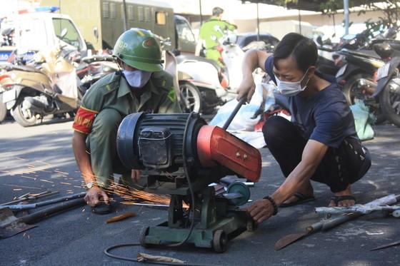Công an quận Tân Bình tiêu hủy nhiều vũ khí thô sơ các loại ảnh 14