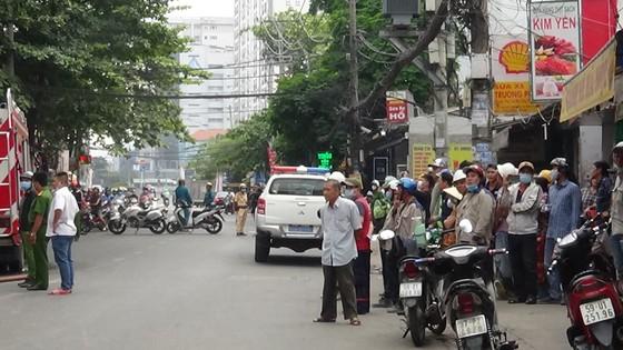 Cháy công trình xây dựng ở quận Bình Thạnh, 1 nữ công nhân bị ngất xỉu ảnh 3