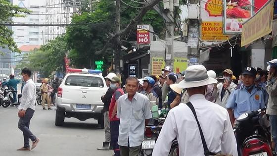 Cháy công trình xây dựng ở quận Bình Thạnh, 1 nữ công nhân bị ngất xỉu ảnh 2