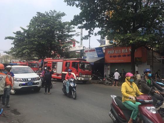 Cháy công trình xây dựng ở quận Bình Thạnh, 1 nữ công nhân bị ngất xỉu ảnh 6