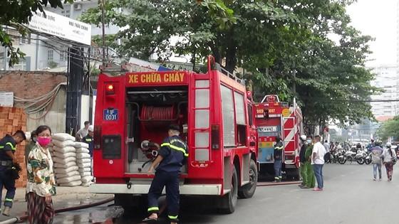 Cháy công trình xây dựng ở quận Bình Thạnh, 1 nữ công nhân bị ngất xỉu ảnh 5