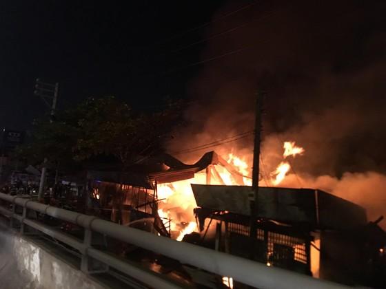 Cháy xưởng gỗ ở phường An Phú Đông, quận 12 ảnh 3