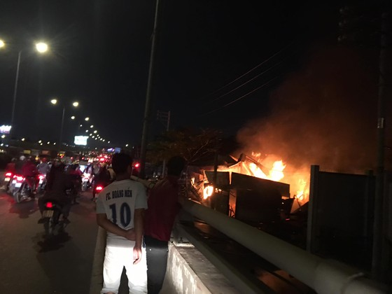 Cháy xưởng gỗ ở phường An Phú Đông, quận 12 ảnh 4