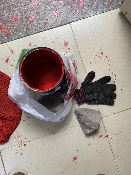 Nhà một gia đình ở quận Bình Tân liên tục bị 'khủng bố' bằng sơn đỏ và đá ảnh 4