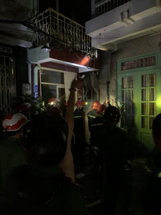 Giải cứu 7 người mắc kẹt trong đám cháy ở quận 10 ảnh 1