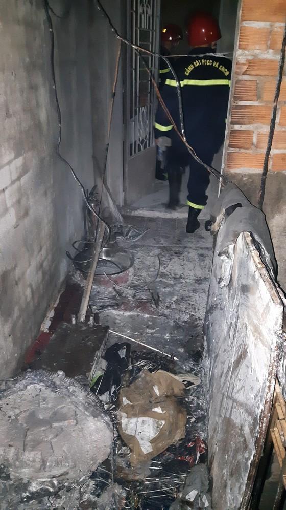 Giải cứu 5 người mắc kẹt trong đám cháy ở quận 8 ảnh 2
