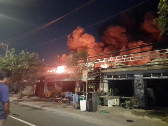 Vụ cháy ở huyện Hóc Môn: Huy động 150 cán bộ chiến sĩ, 24 xe chữa cháy gần 3 giờ đồng hồ ảnh 1