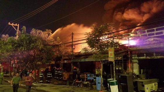 Vụ cháy ở huyện Hóc Môn: Huy động 150 cán bộ chiến sĩ, 24 xe chữa cháy gần 3 giờ đồng hồ ảnh 2