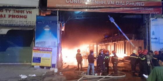 Vụ cháy ở huyện Hóc Môn: Huy động 150 cán bộ chiến sĩ, 24 xe chữa cháy gần 3 giờ đồng hồ ảnh 4