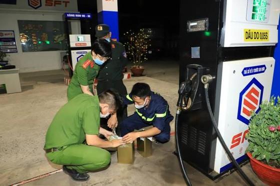 Bắt 'ông trùm' chuyên mua bán hoá đơn giả trong đường dây làm xăng giả ở tỉnh Đồng Nai ảnh 6