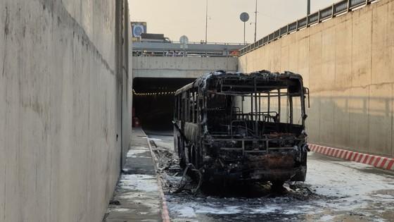 Xe buýt bốc cháy dữ dội trong hầm chui ngã tư An Sương ảnh 4