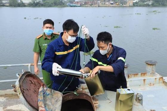 Bắt 2 tàu thủy trong đường dây buôn lậu xăng giả ảnh 4