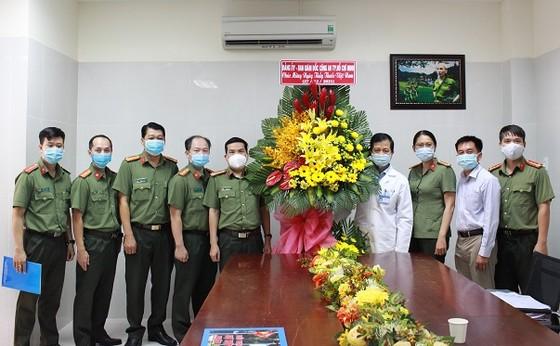 Công an TPHCM thăm, chúc mừng các đơn vị y tế  ảnh 1