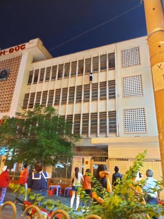 Bảo vệ cứu nữ sinh đu lan can ở tầng 3 trường THCS ở quận 1