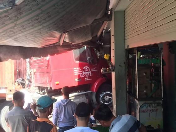 Xe container lao vào nhà dân, 1 người tử vong ảnh 1