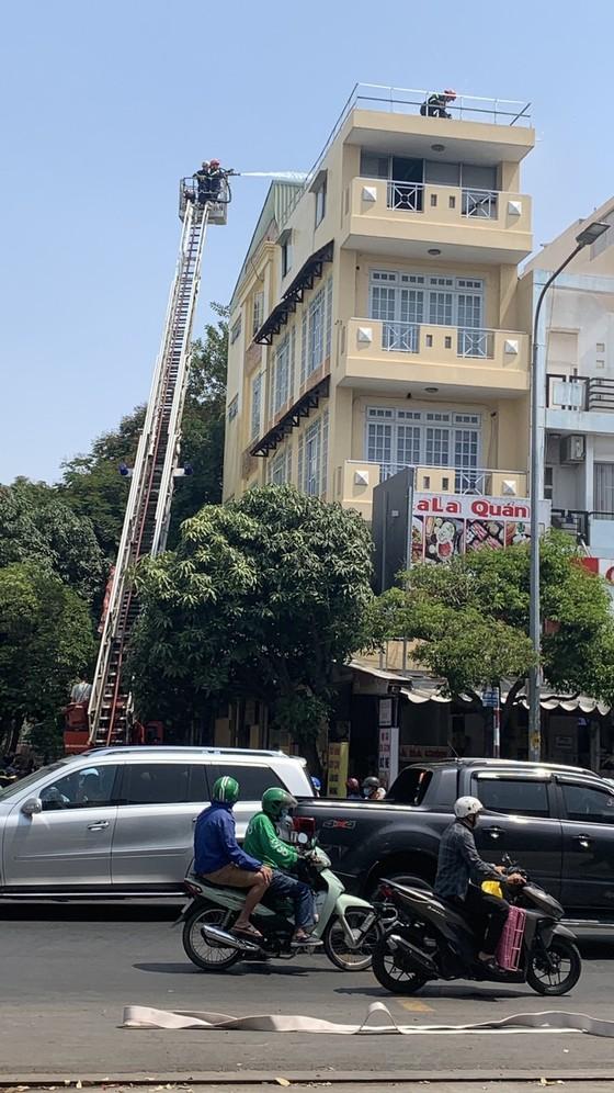 Giải cứu 2 người đàn ông trong căn nhà 4 tầng bốc cháy ở quận Gò Vấp ảnh 1