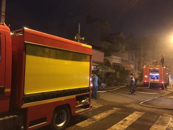 Cháy nhà dân ở quận 7, nhiều người hoảng sợ ảnh 3