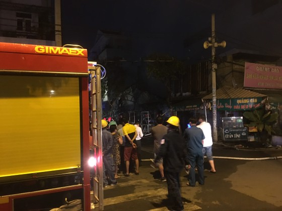 Cháy nhà dân ở quận 7, nhiều người hoảng sợ ảnh 1