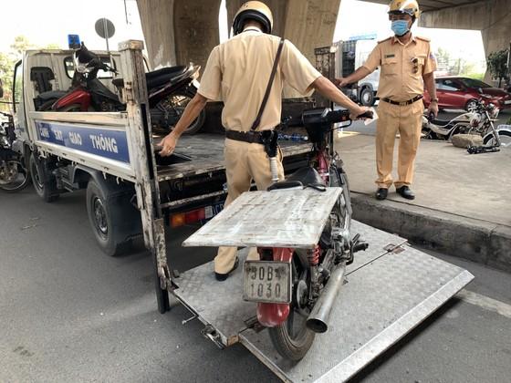 CSGT TPHCM tạm giữ gần 200 xe cũ nát, tự chế trong 1 buổi sáng ảnh 4