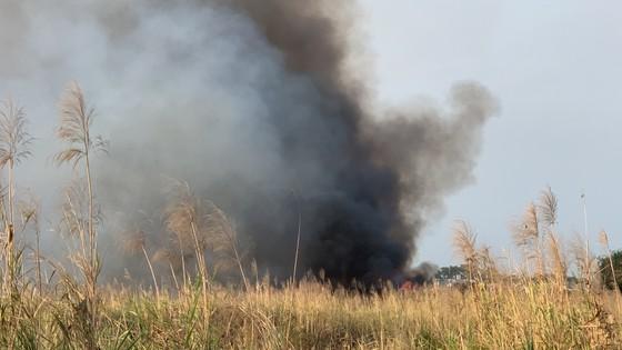 Cháy lớn ở bãi cỏ rộng hàng chục hecta trong khu công nghệ cao ảnh 1