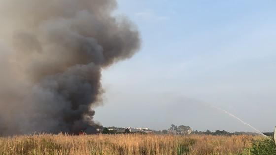 Cháy lớn ở bãi cỏ rộng hàng chục hecta trong khu công nghệ cao ảnh 5