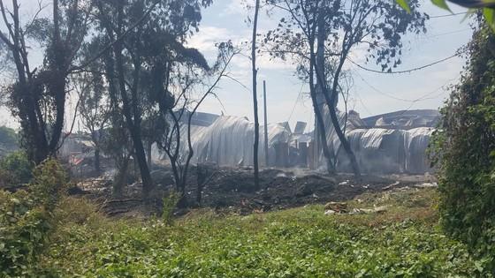 Cháy xưởng gỗ rộng hàng trăm mét vuông tại huyện Bình Chánh ảnh 1