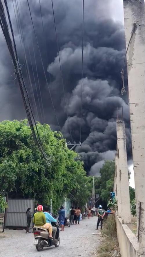Bãi phế liệu ở huyện Bình Chánh bốc cháy dữ dội giữa trưa ảnh 1