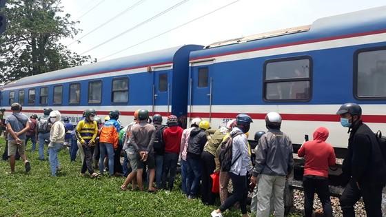 Người phụ nữ bị đứt lìa 2 chân, tử vong khi cố lao vào xe lửa đang chạy ảnh 1