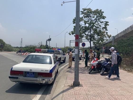 Xử phạt nhiều tài xế xe container dừng đỗ ở vòng xoay Phú Hữu, TP Thủ Đức ảnh 1
