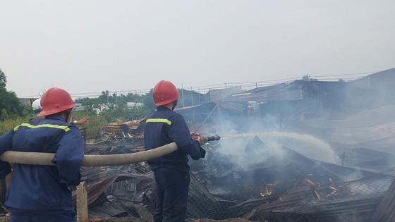 Cháy xưởng gỗ ở huyện Hóc Môn, nhiều tài sản bị thiêu rụi ảnh 2