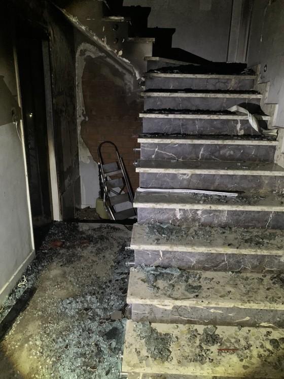 Giải cứu 5 người trong căn nhà bốc cháy lúc rạng sáng ảnh 1