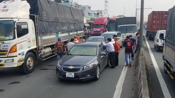 Va chạm giao thông liên hoàn 5 xe làm ùn ứ kéo dài ở quận Bình Tân ảnh 2