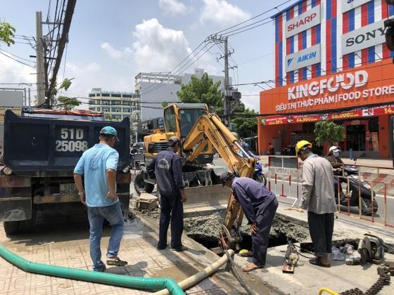 'Hố tử thần' xuất hiện trên đường Huỳnh Tấn Phát, quận 7 ảnh 1