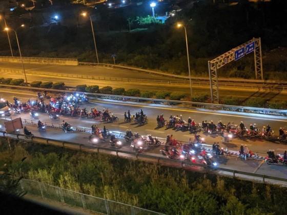 'Quái xế' chặn đường Nguyễn Văn Linh để biểu diễn, nẹt pô giữa ban ngày ảnh 5