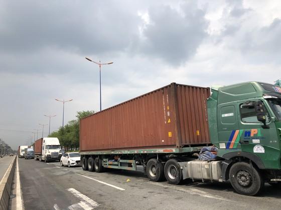 Xe container bốc cháy khi dừng chờ đèn tín hiệu trên Xa lộ Hà Nội ảnh 3