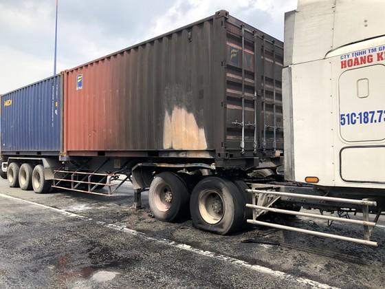 Xe container bốc cháy khi dừng chờ đèn tín hiệu trên Xa lộ Hà Nội ảnh 2