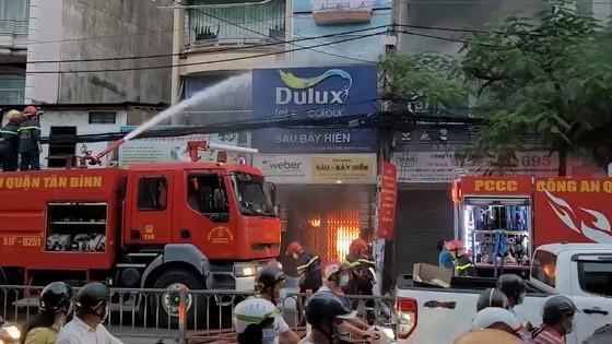 Cháy cửa hàng kinh doanh sơn ở quận Tân Bình ảnh 1
