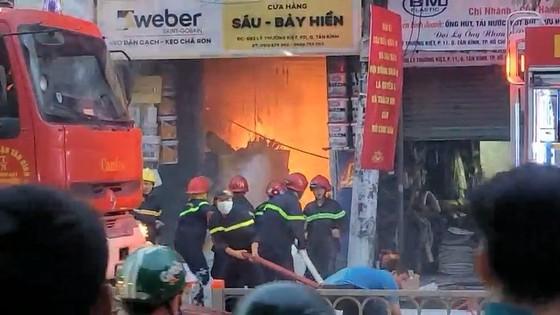 Cháy cửa hàng kinh doanh sơn ở quận Tân Bình ảnh 3