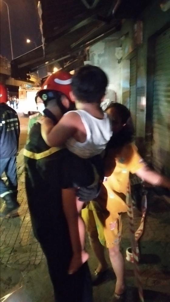 Giải cứu 24 người thoát khỏi chung cư mini bốc cháy ở quận 7 ảnh 4