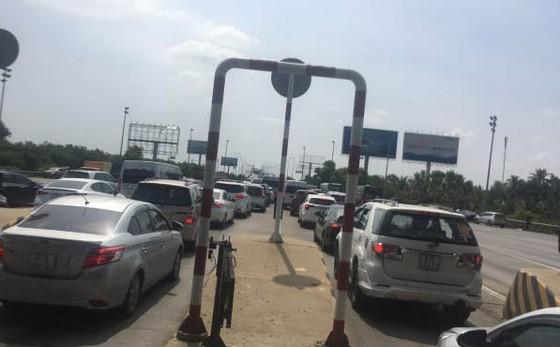 CSGT phạt đơn vị quản lý cao tốc vì không xả trạm thu phí khi ùn tắc kéo dài ảnh 1