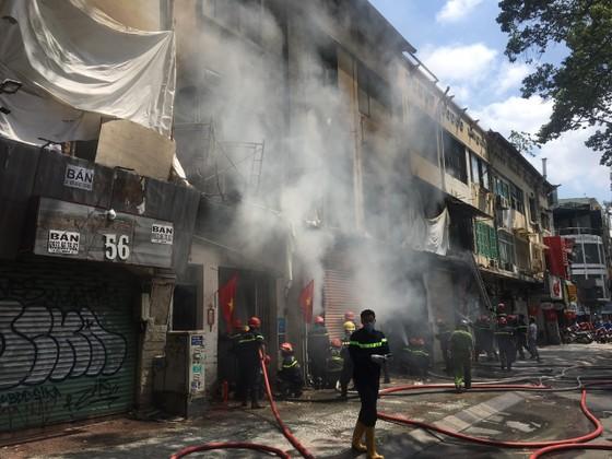 Cháy lớn tại dãy nhà trên đường Trần Hưng Đạo, quận 1 ảnh 1
